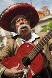 Mexicaanse gitaarmusicus op de straten van de stad Stock Afbeeldingen