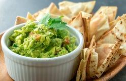 Mexicaanse guacamoleschotel Stock Foto's