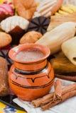 Mexicaanse hete cacao, chocolade en kaneel in het ontbijt van Mexico stock foto's