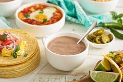 Mexicaanse hete chocolade op een ontbijtlijst Stock Foto