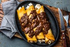 Mexicaanse keuken Traditionele Mexicaanse kippenenchiladas met kruidige de molpoblano van chocoladesalsa Enchiladas met saus Royalty-vrije Stock Foto