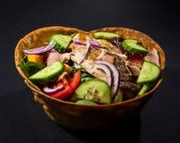 Mexicaanse Kippensalade in Tortillakommen Royalty-vrije Stock Afbeeldingen