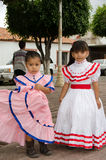 Mexicaanse meisjes in traditionele kleding Stock Afbeelding