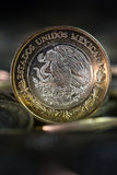 Mexicaanse munt in de voorgrond, met donkere achtergrond Royalty-vrije Stock Afbeelding