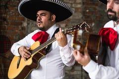 Mexicaanse musicimariachi in de studio stock afbeeldingen
