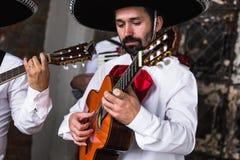 Mexicaanse musicimariachi in de studio stock afbeelding