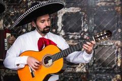 Mexicaanse musicimariachi in de studio stock foto's