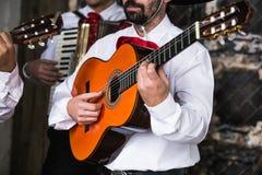 Mexicaanse musicimariachi in de studio stock foto