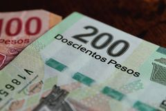 Mexicaanse Peso'snota's over donkere achtergrond stock fotografie