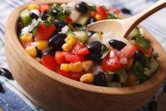 Mexicaanse plantaardige salademacro in een houten plaat horizontaal royalty-vrije stock afbeeldingen