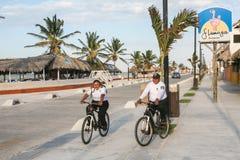 Mexicaanse politiepatrouille op fietsen in Progreso dichtbij Merida, Yucatan, royalty-vrije stock afbeelding