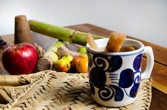 Mexicaanse posadas fruitstempel in witte kop Stock Afbeeldingen