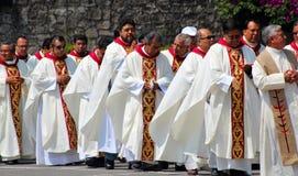 Mexicaanse priester in optocht royalty-vrije stock afbeelding
