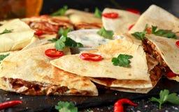 Mexicaanse quesadilla met kip, kaas en peper, yoghurtonderdompeling en Spaanse pepers royalty-vrije stock foto's