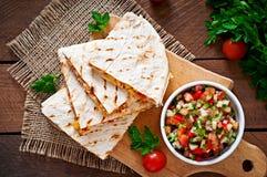 Mexicaanse Quesadilla-omslag met kip, graan en paprika stock foto's