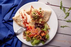 Mexicaanse quesadillas met pompoenbloesem, kaas en saus en plantaardige salade stock foto