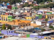 Mexicaanse stad van Cholula met kleurrijke gebouwen en kerk, kathedraal stock foto's