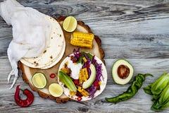 Mexicaanse taco's met avocado, langzaam gekookt vlees, geroosterd graan, rode kool slaw en Spaanse pepersalsa op rustieke steenli royalty-vrije stock foto's