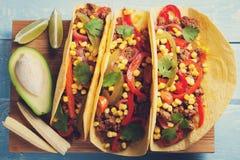 Mexicaanse taco's met fijngehakte rundvlees, groenten en salsa Taco'sal predikant op houten blauwe rustieke achtergrond Hoogste m Royalty-vrije Stock Foto