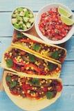 Mexicaanse taco's met fijngehakte rundvlees, groenten en salsa Taco'sal predikant op houten blauwe rustieke achtergrond Hoogste m Royalty-vrije Stock Afbeeldingen