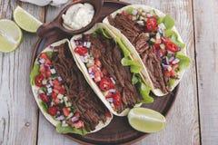 Mexicaanse taco's met geroosterde rundvlees, saus en salsatomaat Royalty-vrije Stock Foto's