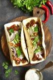 Mexicaanse taco's met getrokken rundvlees, verse komkommer en yoghurtdressin Royalty-vrije Stock Afbeeldingen