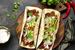 Mexicaanse taco's met getrokken rundvlees, verse komkommer en yoghurtdressin Stock Foto