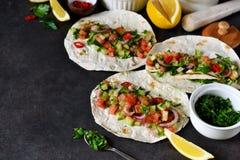 Mexicaanse taco's met het vullen en guacamole saus Royalty-vrije Stock Foto's