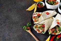 Mexicaanse taco's met het vullen en guacamole saus Royalty-vrije Stock Foto