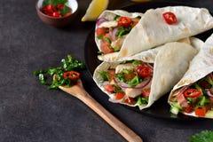 Mexicaanse taco's met het vullen en guacamole saus Stock Afbeeldingen