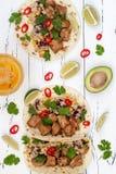 Mexicaanse taco's met quinoa salade, vlees, zwart bonen en graan op rustieke houten lijst Recept voor Cinco de Mayo-partij stock foto