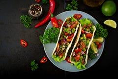 Mexicaanse taco's met rundvlees in tomatensaus royalty-vrije stock afbeelding