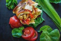 Mexicaanse tortilla met kip, peper en tomaten Selectieve nadruk Close-up Stock Afbeeldingen