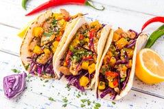 Mexicaanse varkensvleestaco's met groenten en pompoen Taco's op houten Stock Foto