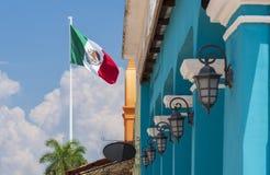 Mexicaanse vlag met de koloniale blauwe bouw en traditionele lampen royalty-vrije stock foto