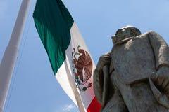 Mexicaanse vlag met Standbeeld van Manuel Jose Othon stock foto's