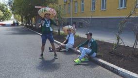 Mexicaanse voetbalventilators op de straten van Samara stock footage