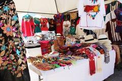 Mexicaanse vrouw in de winkel van de ourdoorkleding stock afbeelding