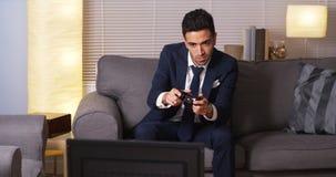 Mexicaanse zakenman het spelen videospelletjes thuis royalty-vrije stock foto