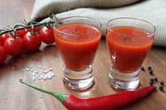 Mexicains - la boisson avec des tomates et les épices aiment des piments Image stock