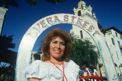 Mexican-American kvinna på den historiska Olvera gatan Royaltyfri Bild