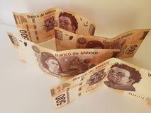 mexicano 500 cédulas dos pesos dobradas e na desordem Fotografia de Stock