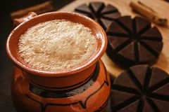 Mexicano de chocolat, tasse de chocolat mexicain traditionnelle d'Oaxaca Mexique Photos stock