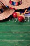 Mexicano de madera marcha del fondo de Mayo del cinco de la fiesta del sombrero de México imagenes de archivo