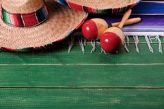 Mexicano de madera marcha del fondo de Mayo del cinco de la fiesta del sombrero de México viejo fotos de archivo libres de regalías