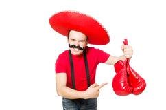 Mexicano divertido con los guantes del boxeador aislados Imagenes de archivo