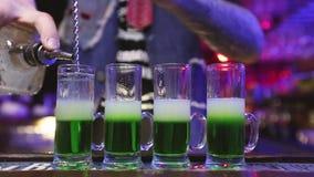 Mexicano verde de los cócteles en un pub almacen de metraje de vídeo