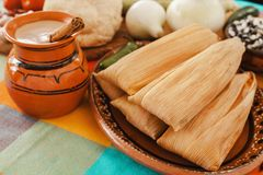 Mexicanos der gefüllten Maismehltaschen, mexikanische gefüllte Maismehltasche, würzige Nahrung in Mexiko stockbild