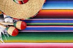 Mexicansk bakgrund med den traditionella filten och sombreron Arkivfoto