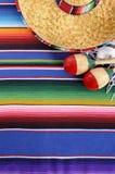 Mexicansk bakgrund med den traditionella filten och sombreron Fotografering för Bildbyråer